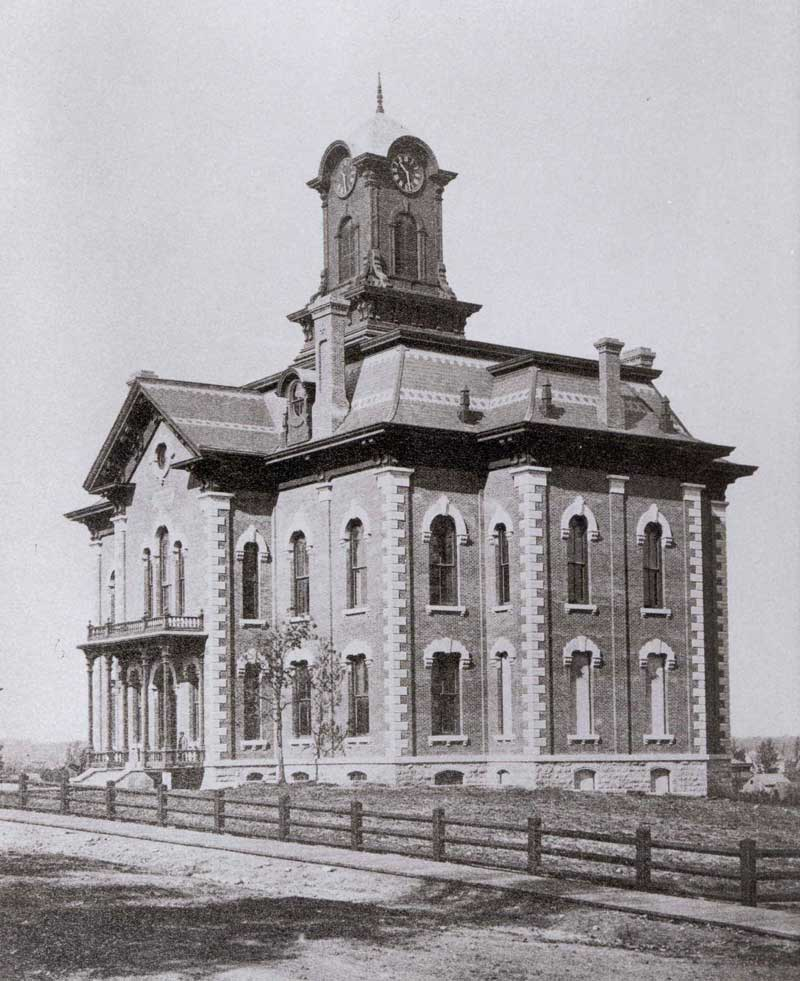 Black and white image of the two story courthouse around the year 1932