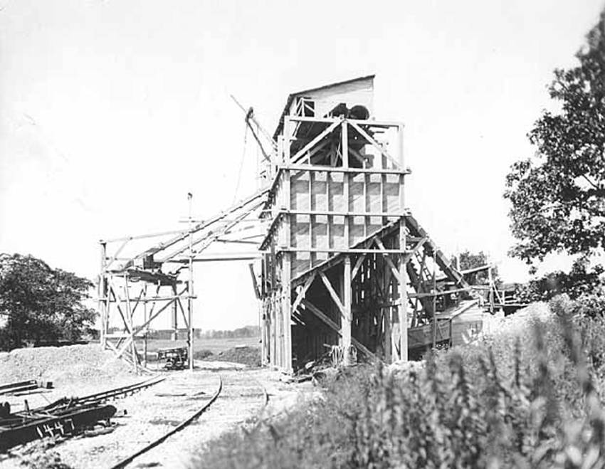 Black and white image of the quarry building, from the side with the railroad track in view